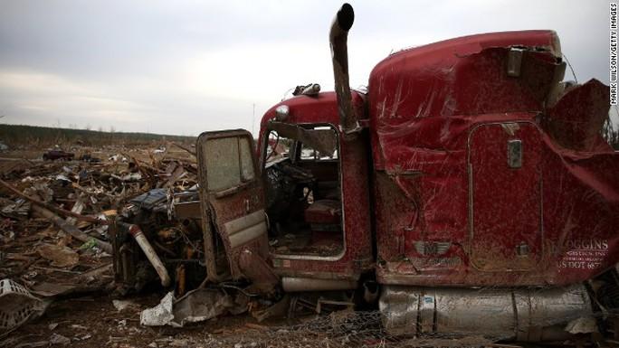 Những chiếc ô tô bị lốc xoáy quật tan tành. Ảnh: CNN
