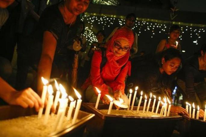 Thắp nến cầu nguyện cho các hành khách mất tích ở Kuala Lumpur. Ảnh: Reuters