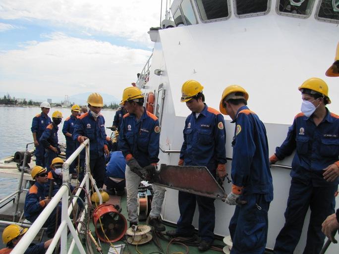 Các công nhân khẩn trương sữa chữa tàu 4033