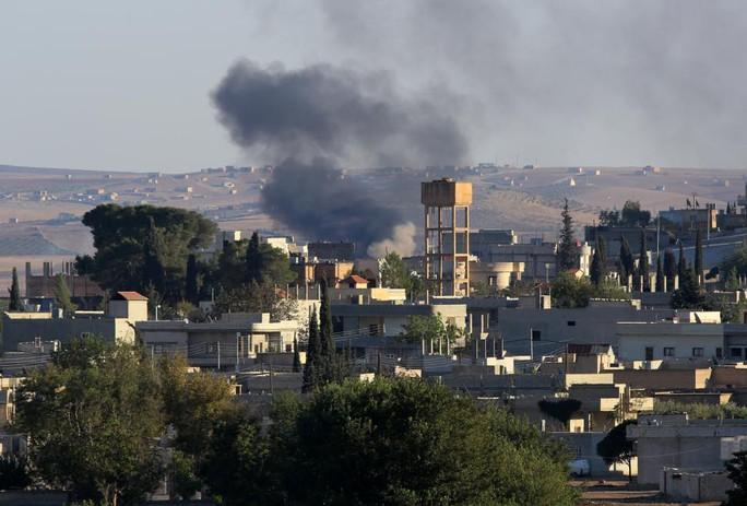 Đạn súng cối rơi trúng thị trấn Kobane. Ảnh: AP