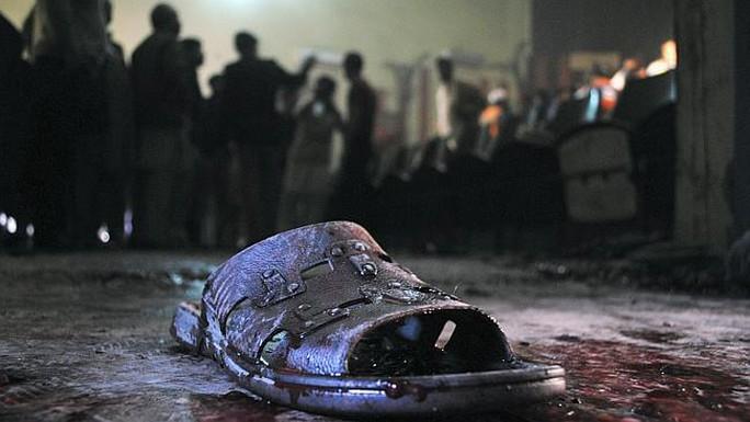 Chiếc dép dính máu của một nạn nhân tại hiện trường. Ảnh: News.com.au