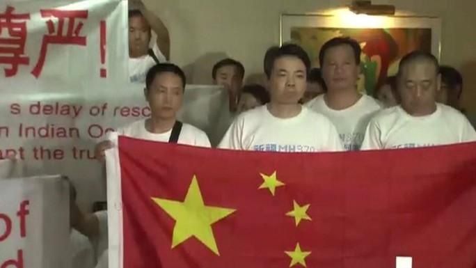 Thân nhân hành khách Trung Quốc tới Kuala Lumpur để phản đối chính phủ Malaysia. Ảnh: BBC