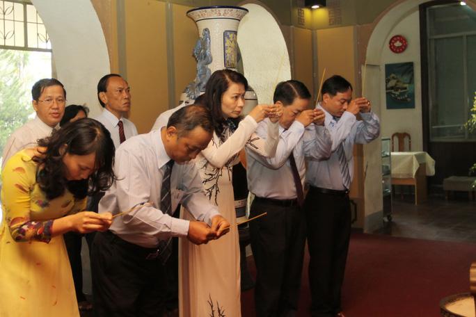 Các đại biểu thắp nhang tại tượng đài bác Tôn