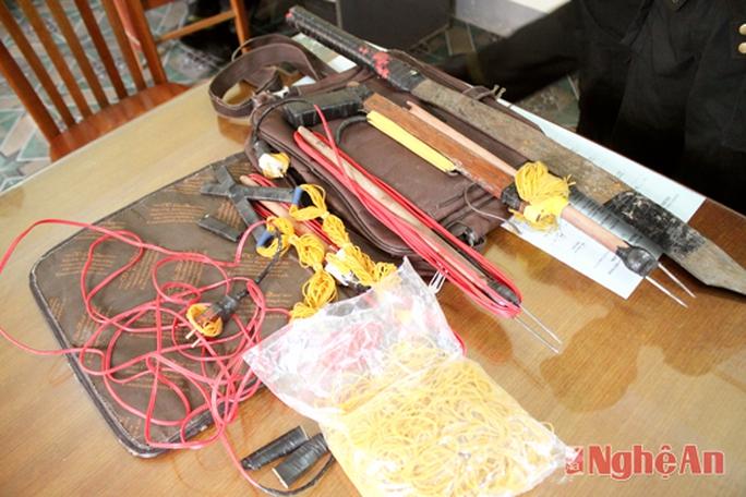 Vũ khí và dụng cụ để câu trộm chó của 2 đối tượng