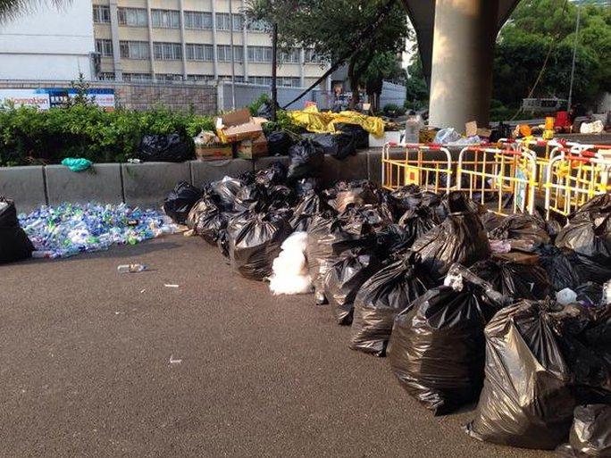 Hồng Kông vẫn gọn gàng sau các đêm biểu tình. Ảnh: Twitter