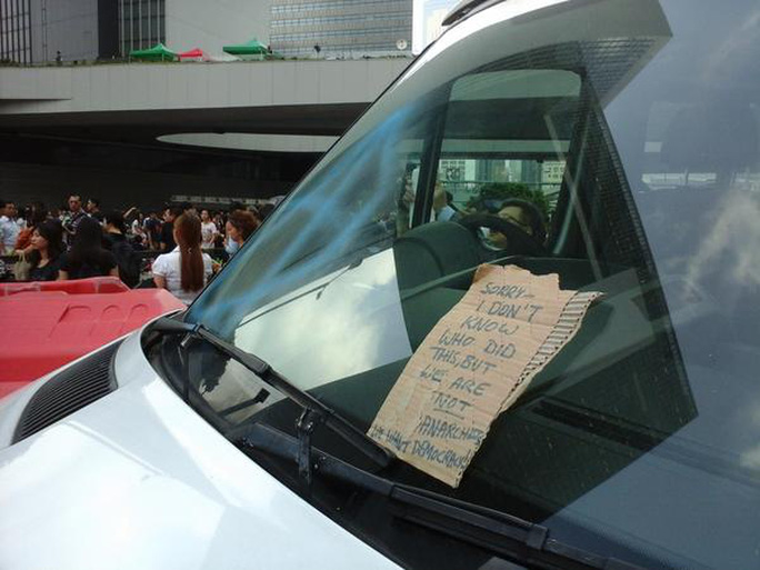 Lời nhắn xin lỗi gắn trên chiếc xe cảnh sát bị hư hại. Ảnh: Twitter