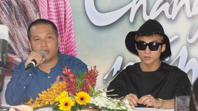 Đạo diễn Nguyễn Quang Huy và Sơn Tùng trong buổi gặp gỡ giải đáp thắc mắc của báo chí về phim cũng như ca khúc Chắc ai đó sẽ về