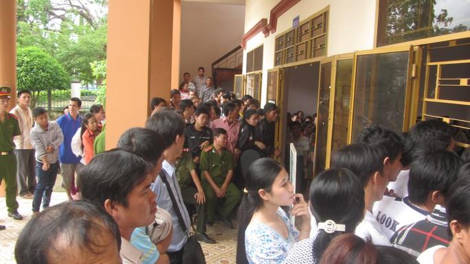 Hàng trăm người dân tụ tập trong phiên tòa