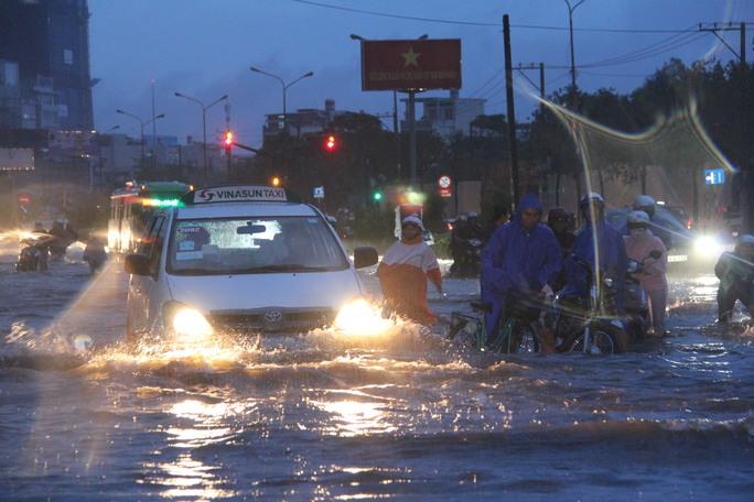 Nước ngập trên đường Nguyễn Hữu Cảnh. Ảnh: Phan Anh