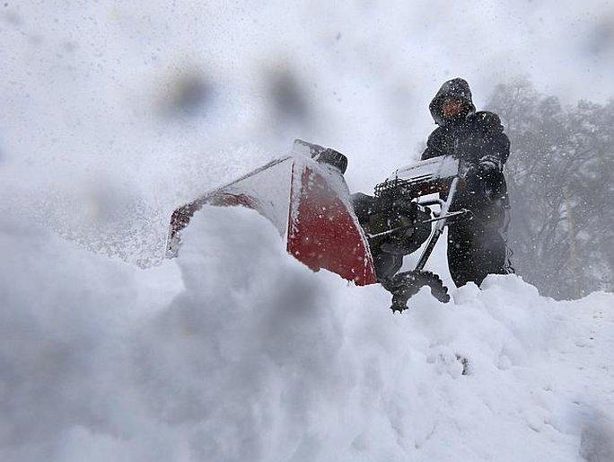 Tuyết ngập dày khiến giao thông đình trệ. Ảnh: AP
