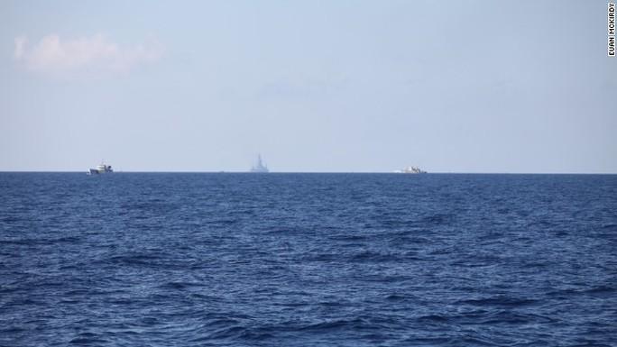 Giàn khoan Hải Dương 981 cách tàu 8003 mà McKirdy đang đứng khoảng 10 hải lý