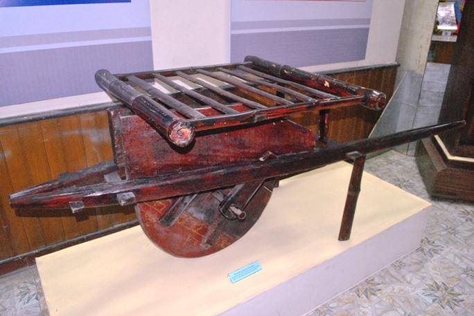 Ngoài xe thồ, xe kút kít cũng được sử dụng  để vận chuyển hàng hóa, thuốc men, súng đạn lên Điện Biên Phủ