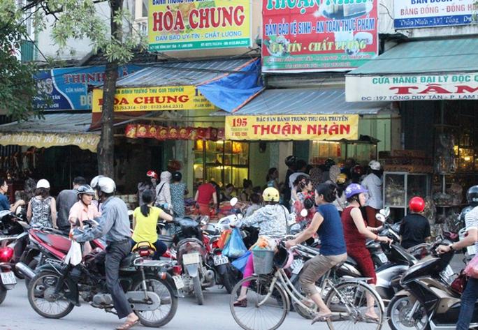 Các tiệm bánh trung thu truyền thống trên đường Tống Duy Tân lúc nào cũng đông kín người