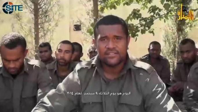 Một binh sĩ xuất hiện trong đoạn video do phiến quân công bố hôm 11-9. Ảnh: AP