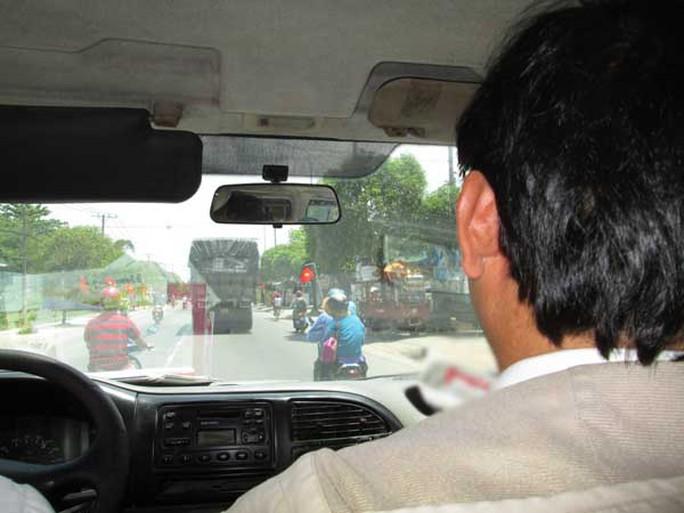 Trên đường đi, xe tải chở hàng được áp tải bởi các lực lượng chức năng gồm: cán bộ thú y, quản lý thị trường, y tế, thanh niên xung phong, đại diện chủ hàng.