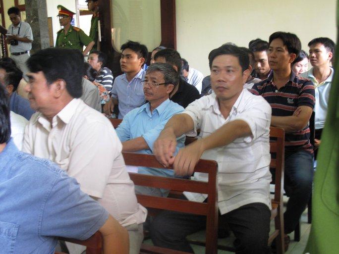 Ông Lê Đức Hoàn (ngồi đầu hàng 2) lo lắng khi nghe luật sư buộc tội