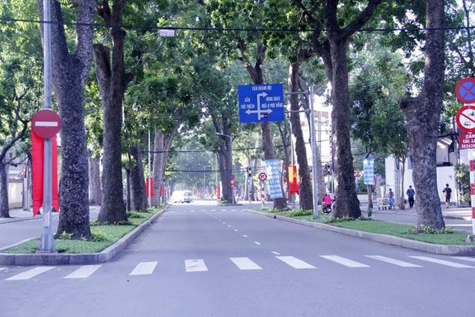 Việc xây cầu giúp giao thông TP được thuận tiện hơn nhưng việc hy sinh nhiều cây cổ thụ trên đường Tôn Đức Thắng rợp bóng khiến không ít người dân phải tiếc nuối.