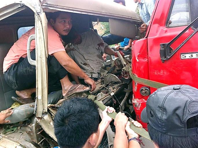 Giải cứu tài xế bị thương kẹt trong cabin