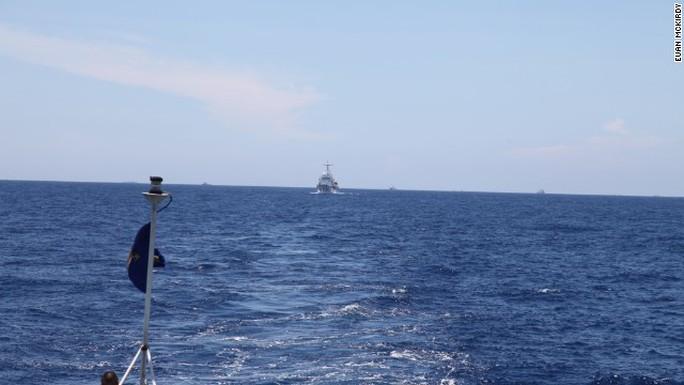 Tàu hộ vệ bờ biển Trung Quốc rình rập đội tàu Việt Nam (ảnh dưới). Ảnh trên là giàn khoan Hải Dương 981 được tàu Trung Quốc lập vòng tròn bảo vệ sát sao.