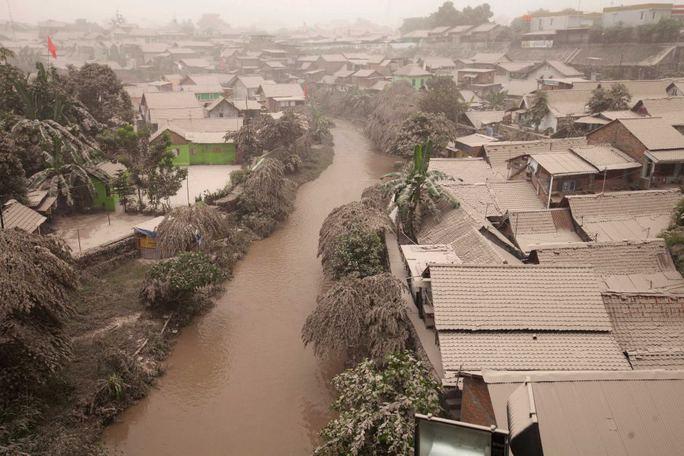 Khu vực Yogyakarta bị phủ tro bụi. Ảnh: Reuters