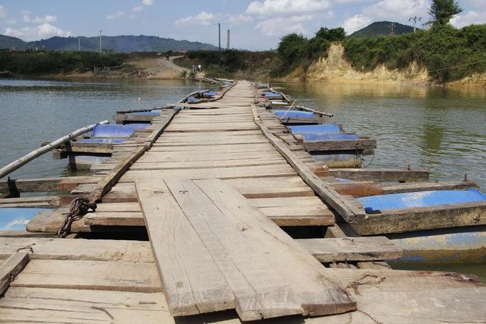 Thân cầu chỉ được làm bằng những cây tre, thanh gỗ đã gần mục nát