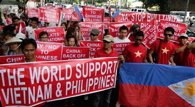 Người dân Philippines cùng người Việt biểu tình phản đối Trung Quốc ở Makati - Philippines ngày 16-5. Ảnh: AP