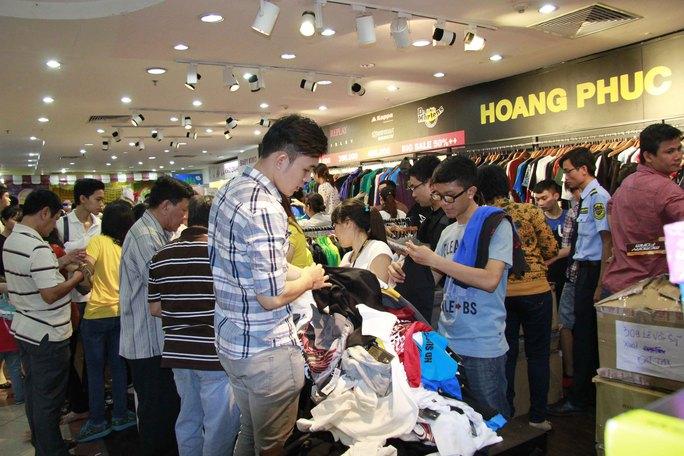 Các mặc hàng quần áo thu hút rất nhiều khách hàng cả nam và nữ