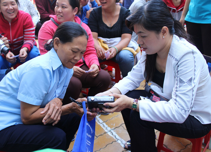 Bà Nguyễn Trần Phượng Trân, Phó Chủ tịch LĐLĐ TP HCM, hướng dẫn công nhân sử dụng radio