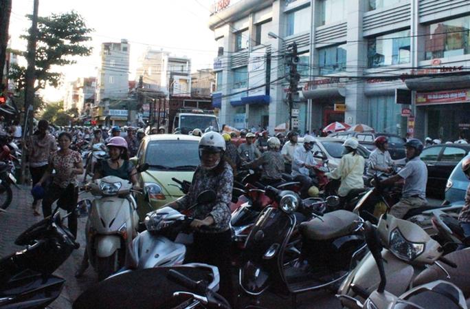 Xe cộ xếp đầy đường nên cảnh tắc đường thường xuyên xảy ra trên tuyến đường Tống Duy Tân