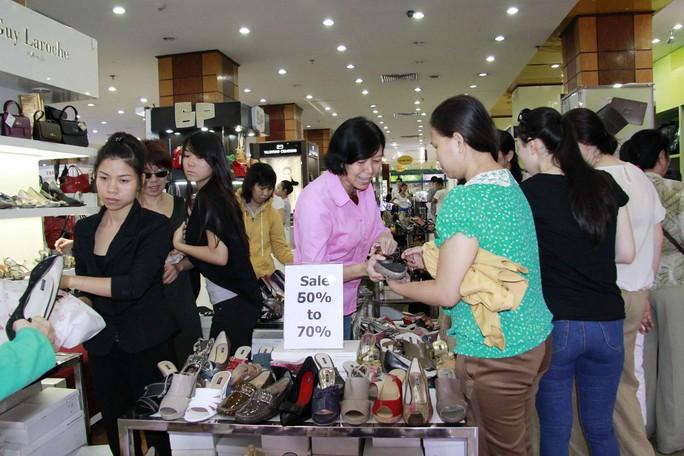Ngoài quần áo thì giày dép là những  mặt hàng được giảm giá cao lên đến 70% và được nhiều người mua nhất