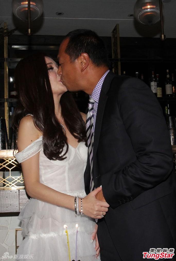 Cùng chồng trao nụ hôn nóng bỏng