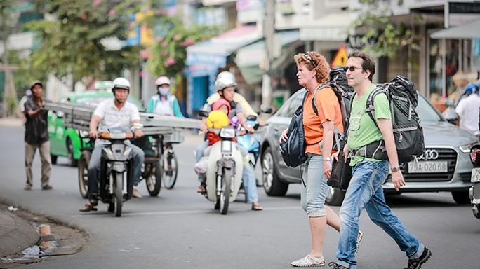 Du khách Nga trên đường Nguyễn Thị Minh Khai, TP Nha Trang - Ảnh: Tiến Thành
