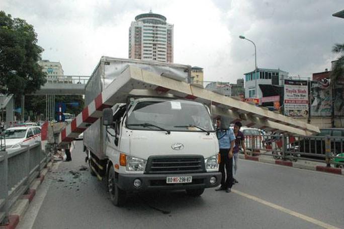 Chiếc xe tải không chú ý tới cảnh báo về chiều cao hạn chế