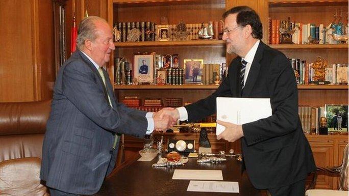 Thủ tướng Mariano Rajoy (phải) và nhà vua Juan Carlos (trái)