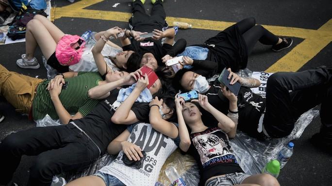 Những người biểu tình trẻ tuổi và thành thục công nghệ tại Hồng Kông  sử dụng Firechat để liên lạc vì lo ngại chính quyền có thể cắt mạng  Internet và mạng di động. Nguồn: Forbes.