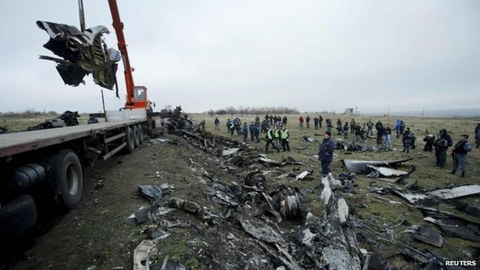 Các mảnh vỡ máy bay MH17 được thu gom. Ảnh: Reuters