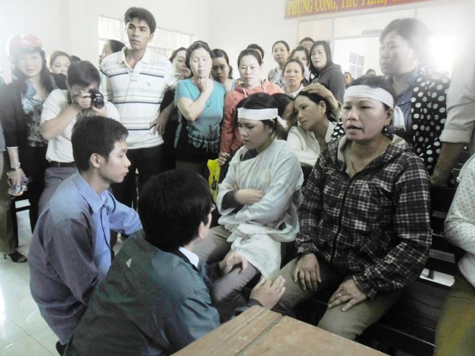 Bị cáo Quang và Huy quỳ gối xin lỗi gia đình người bị hại