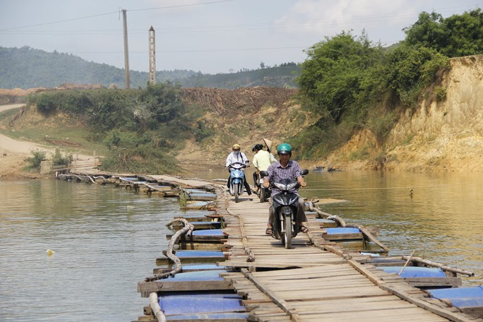 Rợn người đi qua cầu phao Chợ Hôm
