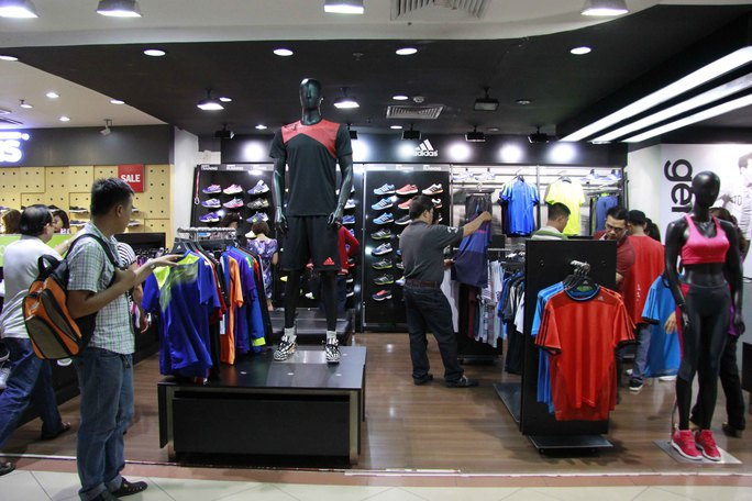 Một gian hàng của Adidas mặc dù không  giảm giá nhưng vẫn được nhiều khách hàng đến xem.