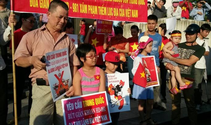 Những người tham dự mít tinh phản đối Trung Quốc, biểu thị đoàn kết và đồng hành với Đảng và Chính phủ bảo vệ Tổ quốc