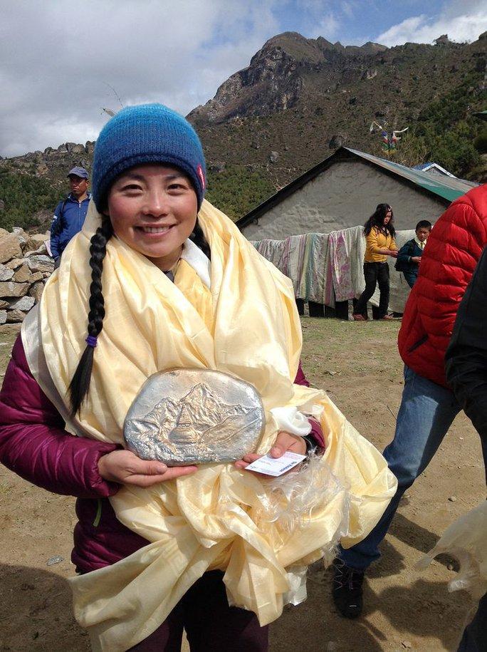 Bà Wang Jing bị tố lên đỉnh Everest bằng máy bay trực thăng. Ảnh: National Geographic