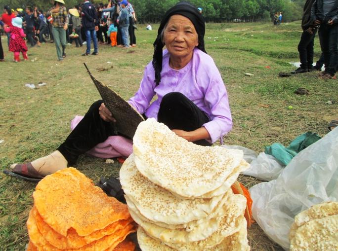 Bánh đa gấc là một trong những món được bán nhiều ở chở, vì theo người dân ăn bánh đa gấc làm ăn buôn bán sẽ luôn gặp vận đỏ