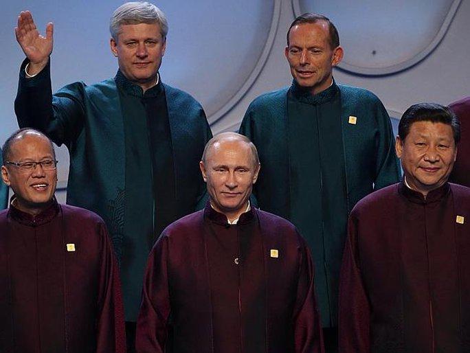 Ông Tony Abbott cuối nhìn ông Putin trong bức ảnh gia đình APEC. Ảnh: News Corp Australia