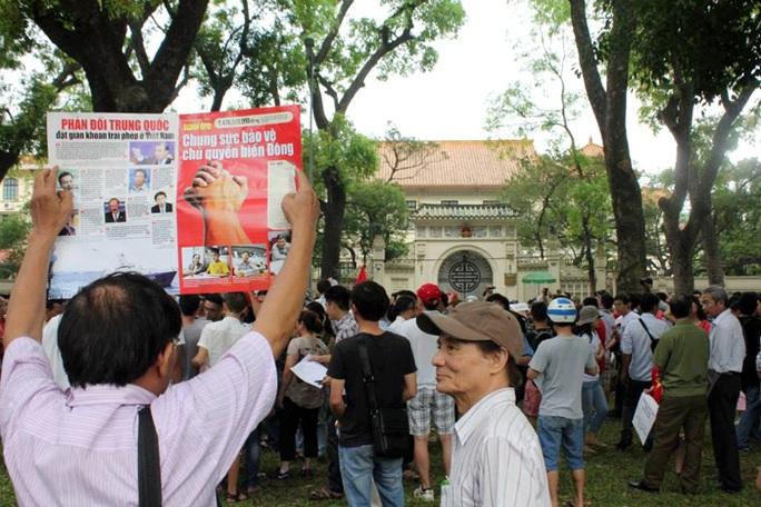 Giương cao những biểu ngữ phản đối Trung Quốc trước cổng Đại sứ quán Trung Quốc