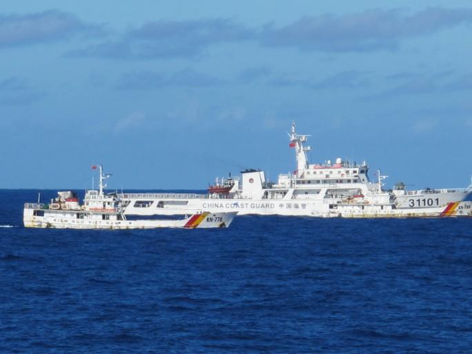 Tàu hải cảnh to lớn của Trung Quốc vây ép tàu kiển ngư của Việt Nam