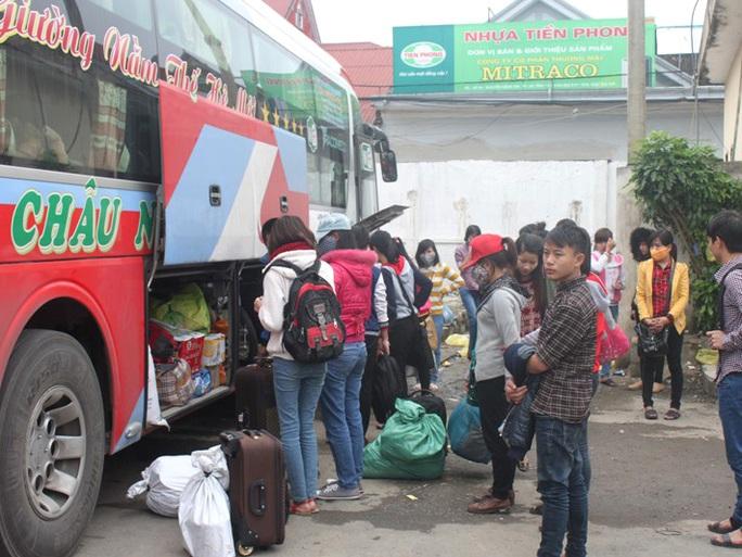 Nhà xe nhồi chật cứng cả hành khách và hàng hóa lên chiếc xe