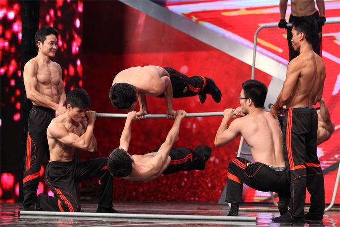 Màn khoe cơ bắp của nhóm Bar-TN khiến giám khảo Thúy Hạnh phải tròn mắt