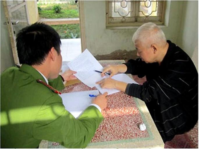 Nguyễn Đức Kiên (phải) tại nơi bị tạm giam - Ảnh: CAND