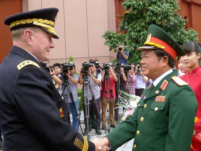 Thượng tướng Đỗ Bá Tỵ bắt tay Đại tướng Martin Dempsey tại lễ đón