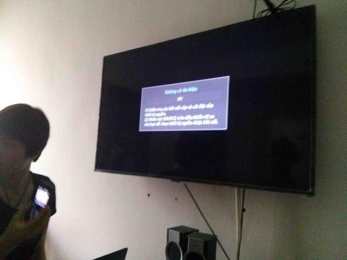 Màn hình tivi để phóng viên theo dõi phiên toà thỉnh thoảng mất tín hiệu